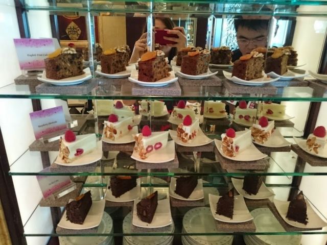These are the sweets that you need on the night of the New Year's Eve, a few pieces of cake, presented in this window display.