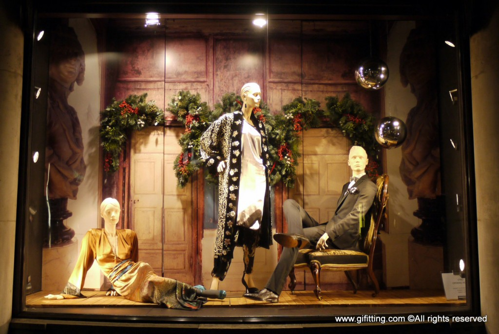 A way of dressing for the New Year's Eve, and a few silvery balls added for a good window display.