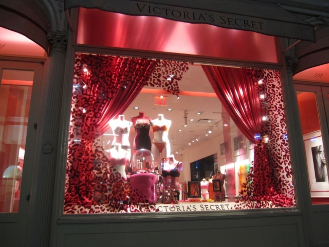 Take your pink or red lingerie for the romantic Valentine's Day night from Victoria's Secret. You can also see some models in this window display.