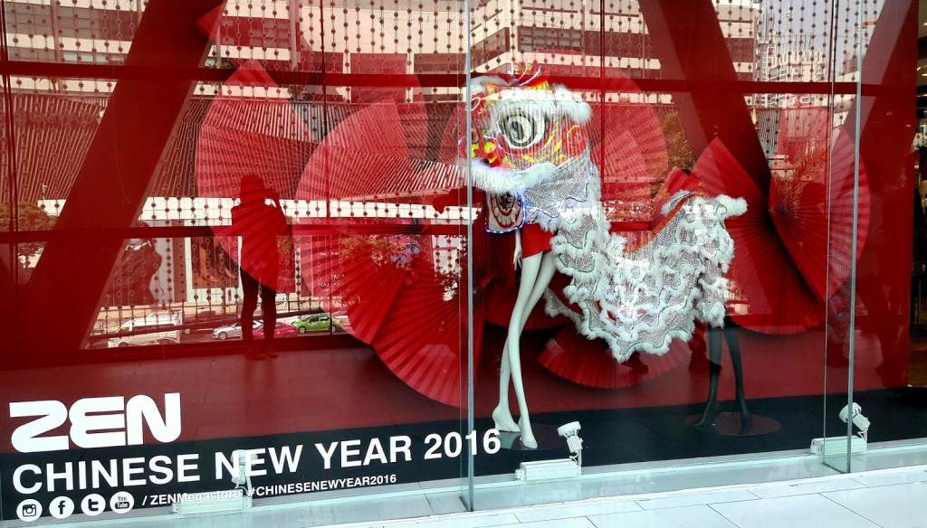 Zen style for this Chinese New Year's Eve window display, with a lot of red like fire and white dragon costume.