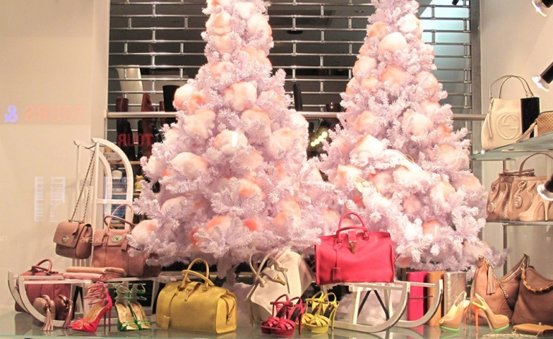 Many women are dreaming of purses under the snowed fir like we can see in this Christmas window display.