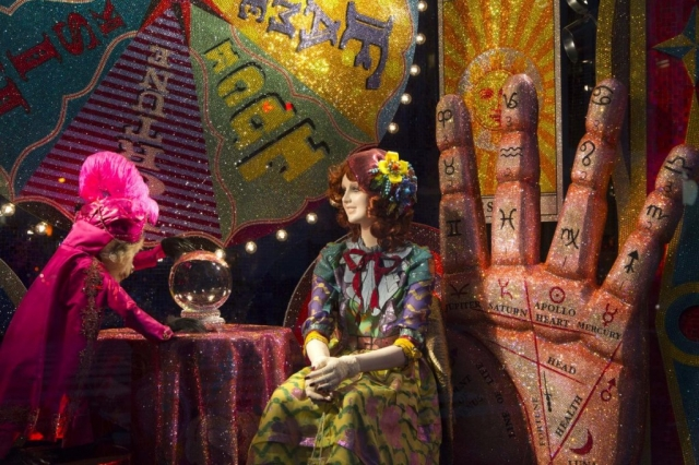 Something apart from the others, this window display is celebrating New Year's Eve through a scene with zodiac signs, glitter, and a gypsy waiting for a guessing in cards.