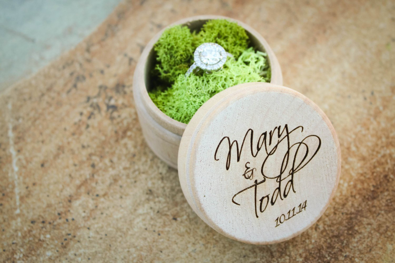 Cute Moss Round Wedding Ring Box