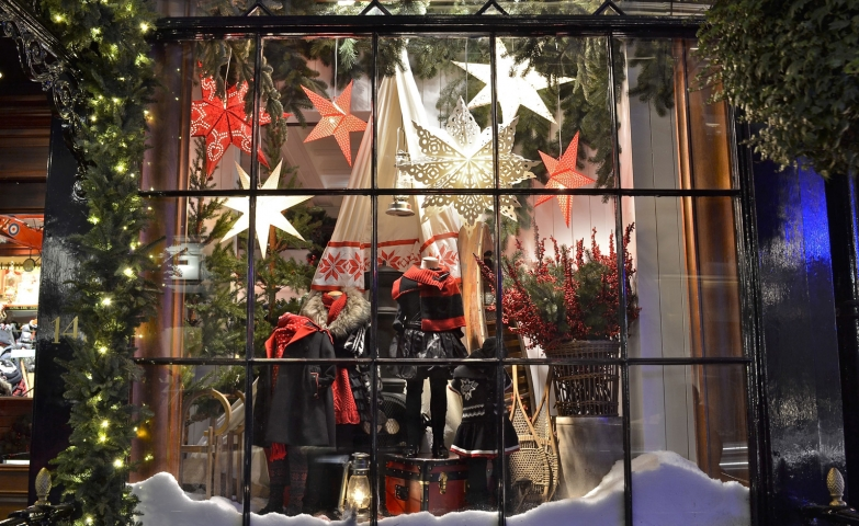 You will never be wrong if you decorate your window display in the classic Christmas way with fir branches, lights, red and white stars.