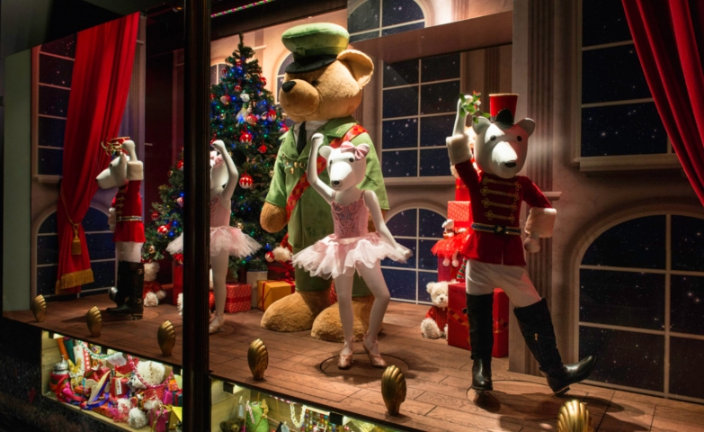 We have here some polar bear dancing dolls and a bigger bear having a show in the Christmas window display.