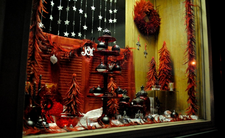 Dried leaves, in a fantastic rusty color, mastered together to form little firs for the Christmas window display.