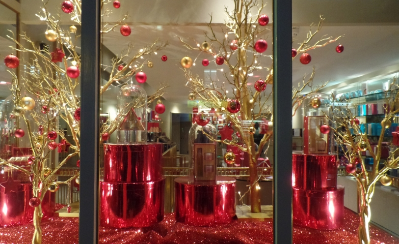 This window display was created based on the Christmas gift packaging, so it was richly decorated with red and gold objects.