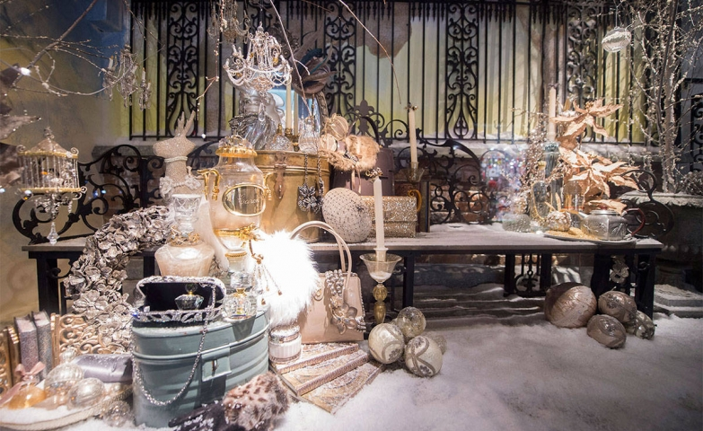 In Harper's Bazaar window display, we can find a mix between golden and silvery shades, spheres and other details in the same colors.