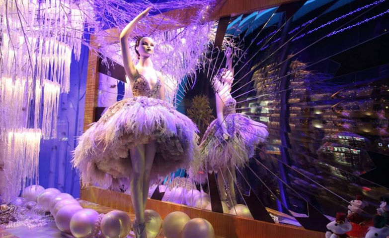 Harrods Christmas window display was designed to be sophisticated, like a ballerina, with a ballerina that can be viewed from two sides, with the help of a broken mirror.