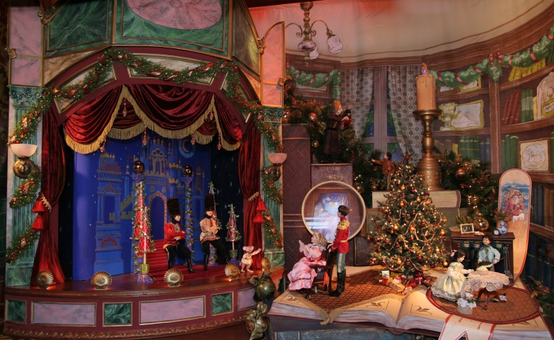 At Lord & Taylor, everything seems to be detached from a fairy-tale: the decor, the puppets, the adorned fir.