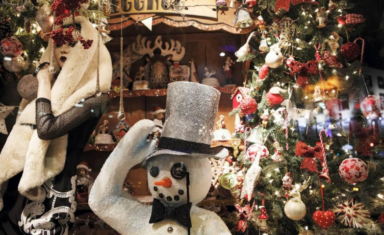 Meet the snowman from the window display, which is taking off the hat in front of the most beautiful time of the year: Christmas.