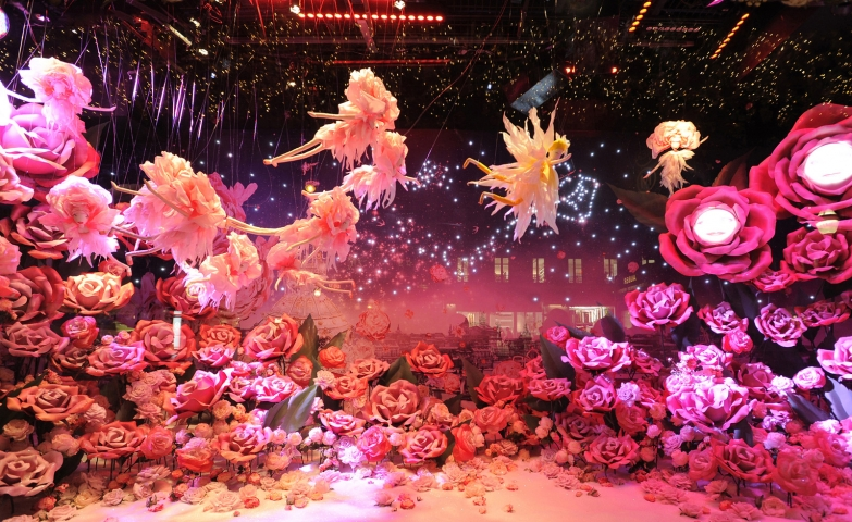 We have found a magic world with flowers and fairies at Printemps in the Christmas window display.